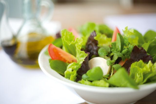 Como temperar uma salada como um grande chefe