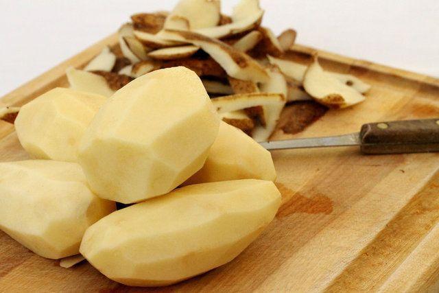 Como não deixar que as batatas descascadas fiquem escuras