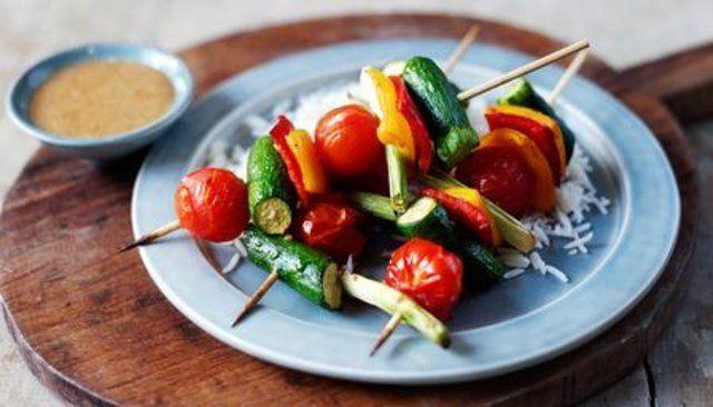 Kebabs de vegetais orientais e cobertura de amendoim