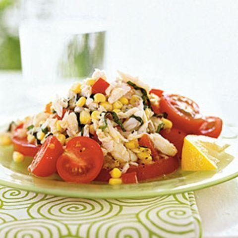 Caranguejo, milho e salada de tomate com molho de limão e manjericão