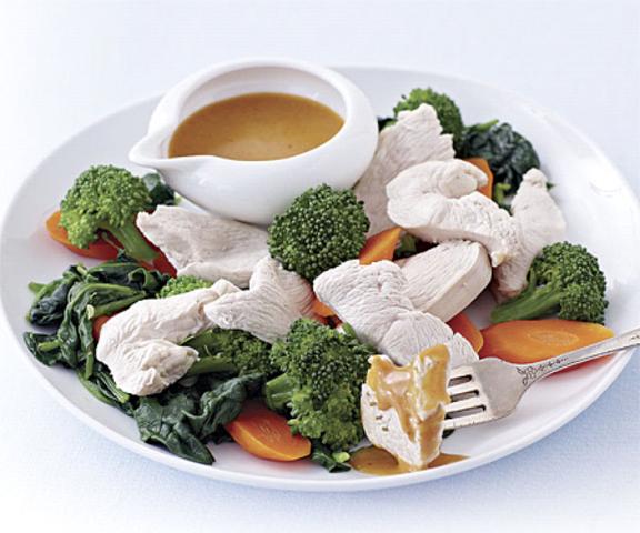 Frango e legumes com molho de amendoim