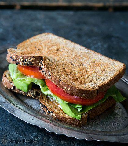 Sanduíche de Abacate alface e tomate