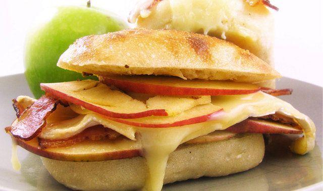 Lanche de bacon, maçã e brie