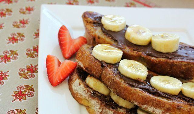 Rabanada com creme de avelã e banana