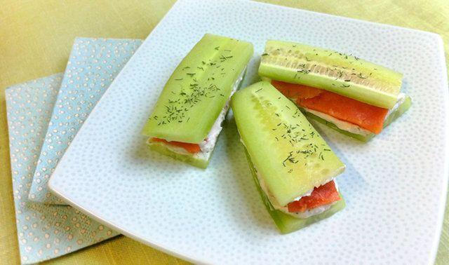 Sanduíches de pepino e salmão
