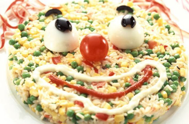 Salada de arroz com cara de palhaço