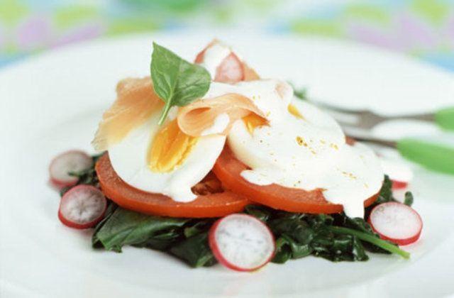 Salada de rabanete, espinafre e cortado ovo