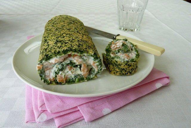Rocambole de massa de espinafre com recheio de salmão