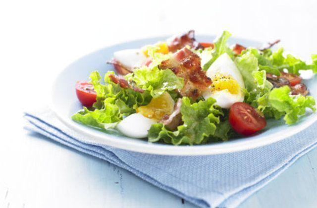 Salada de alface bacon e ovos