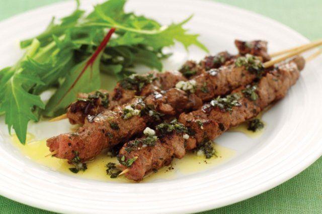 Carne, ervas e alho no espeto