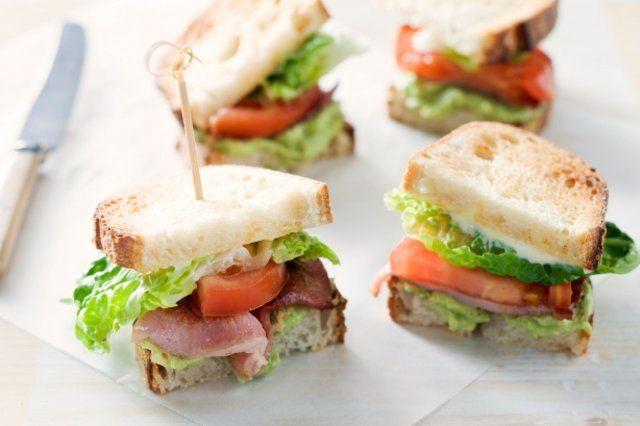 Lanche rápido de abacate, bacon e rúcula