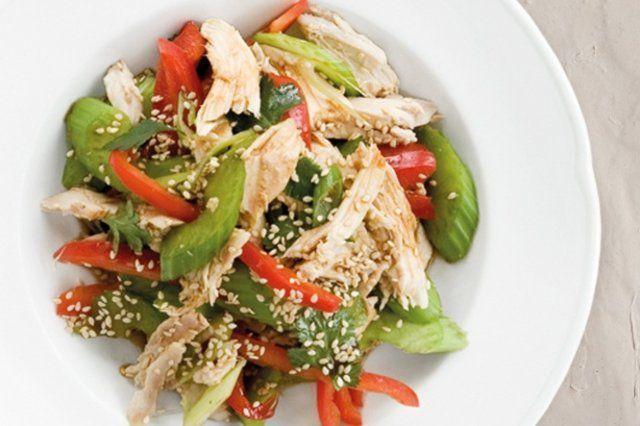 Salada de frango asiática com aipo e pimentão