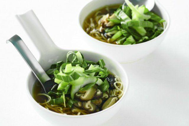Caldo de legumes com macarrão chinês