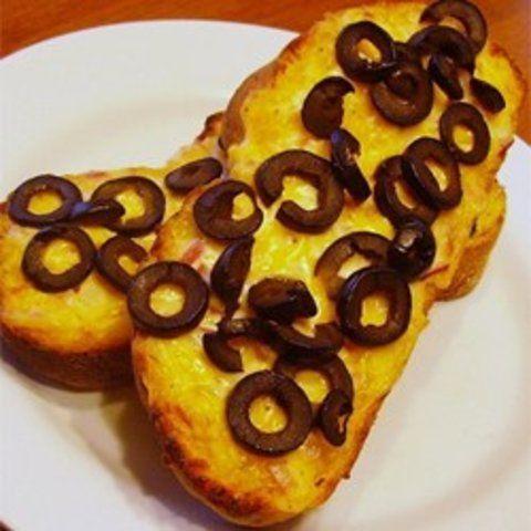 Pão quentinho de cheddar e azeitona