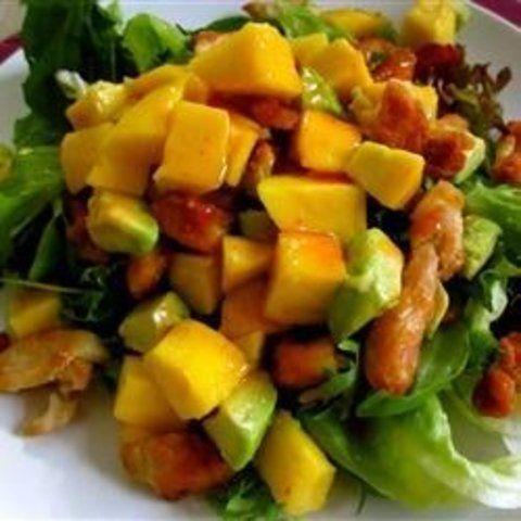 Salada de frango com pedaços de abacate e manga