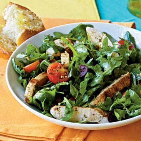 Salada de rúcula com ervas, tomate e frango