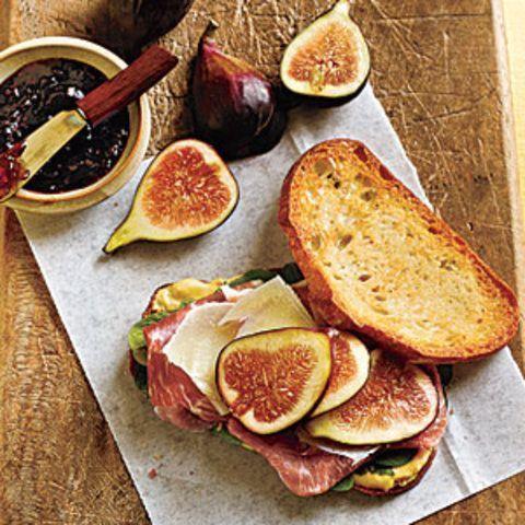 Sanduíche de presunto, rúcula, queijo e figo