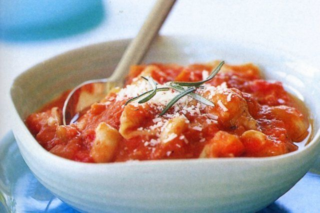 Pasta com molho de tomate e feijão