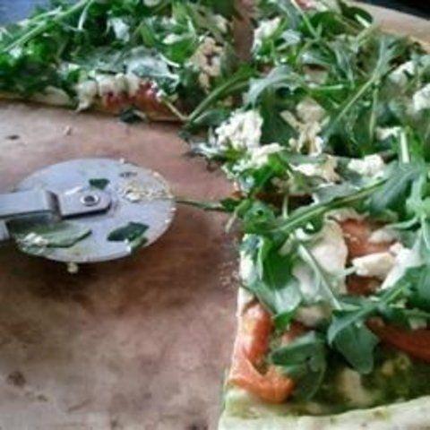 Pizza de rúcula e queijo de cabra