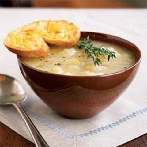 Sopa de batatas com torradas de cheddar