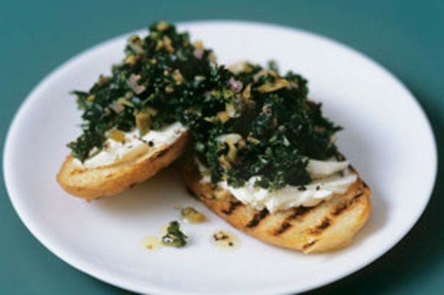 Crostini de couve e cream cheese