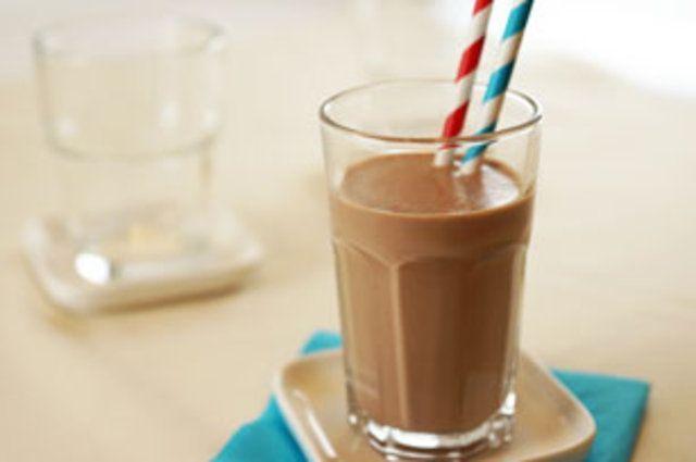 Bebida de leite com banana e chocolate