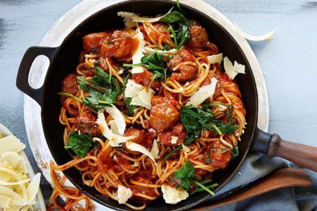Espaguete rápido com almôndegas e espinafre