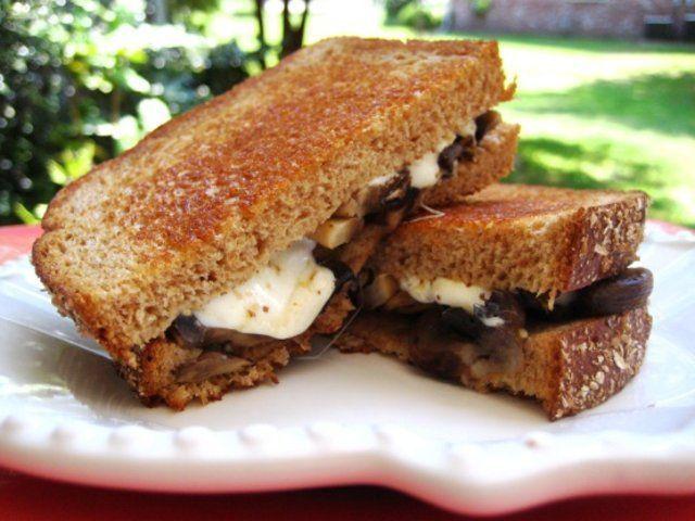 Sanduíche grelhado de cogumelo e queijo