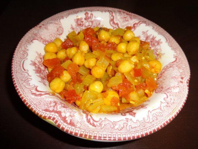 Grão de bico com cebola e tomate