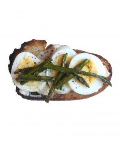 Torrada com aspargos e ovos