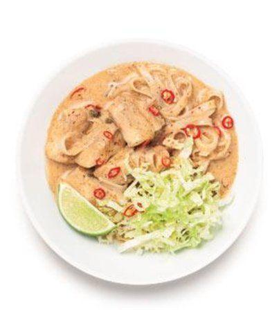Macarrão de arroz com peixe e molho de leite de coco