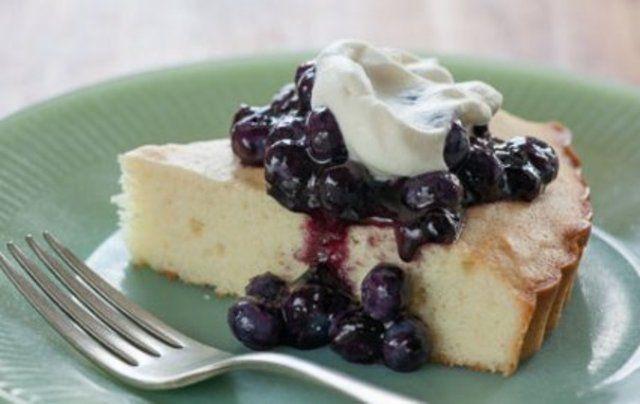 Bolo de blueberries com chantilly