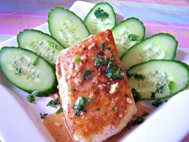 Peixe com tomate e pepino