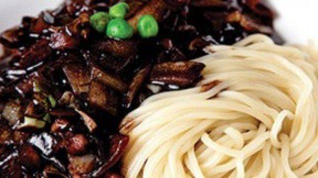 Macarrão com molho de feijão preto e legumes