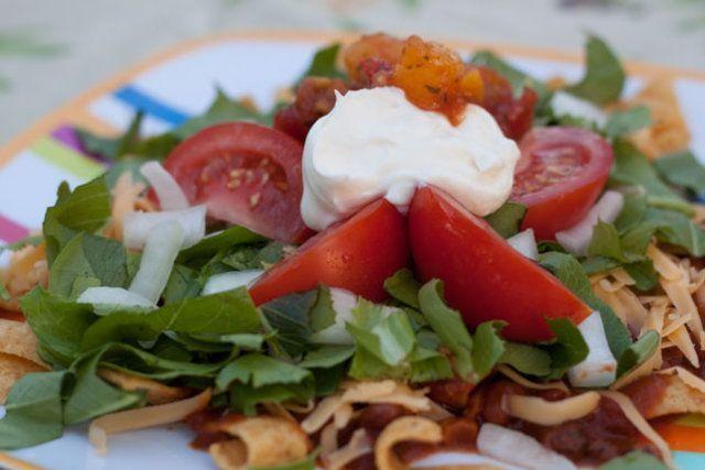 Salada de vegetais e salgadinho de milho