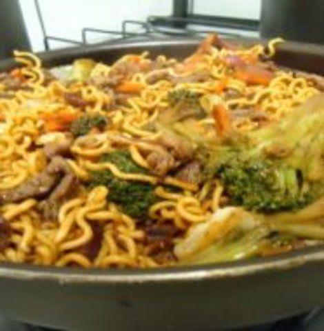 Yakisoba de carne e camarão