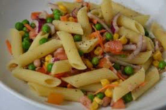 Salada de macarrão com atum