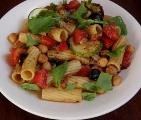 Salada de macarrão com grãos