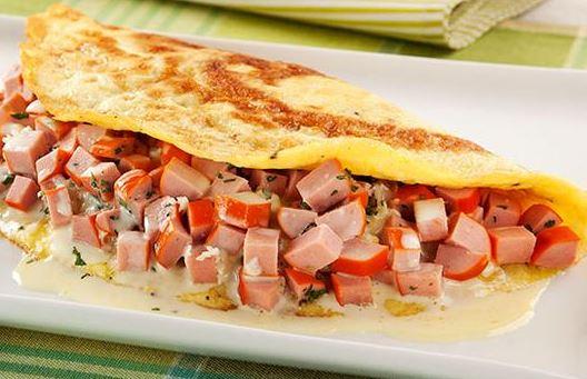 Omelete de Salsicha com Queijo Meia-Cura