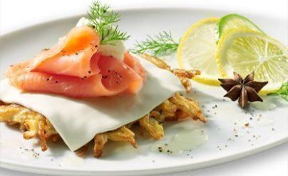 Blinis de batata com queijo e salmão