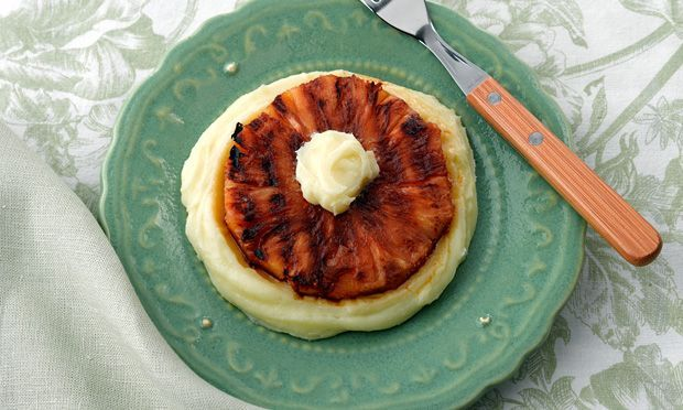 Abacaxi grelhado com creme ao leite de coco