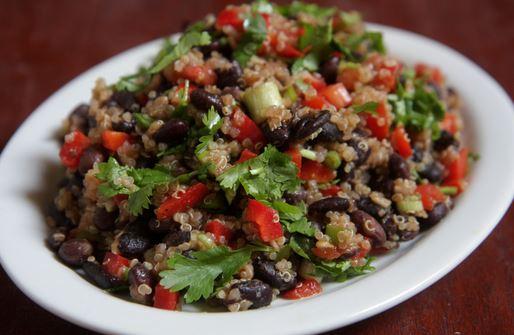 Salada com grãos de soja preta