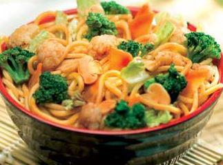 Yakisoba de camarão com legumes
