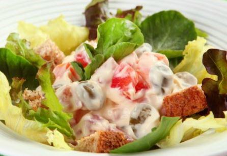 Salada com Pedaços de Pão