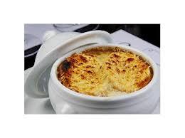 Sopa de cebola gratinada com queijo prato