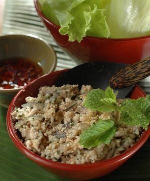 Salada Tailandesa de Frango com Ervas Frescas