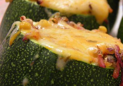 Courgettes recheadas com legumes e bacon