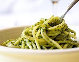 Spaguetti com molho pesto com iogurte