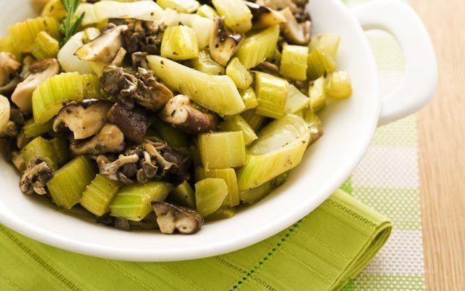 Refogado de salsão com cogumelos e alho-poró