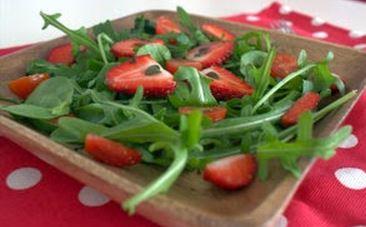 Salada de folhas verdes com morango, tomate-cereja e hortelã
